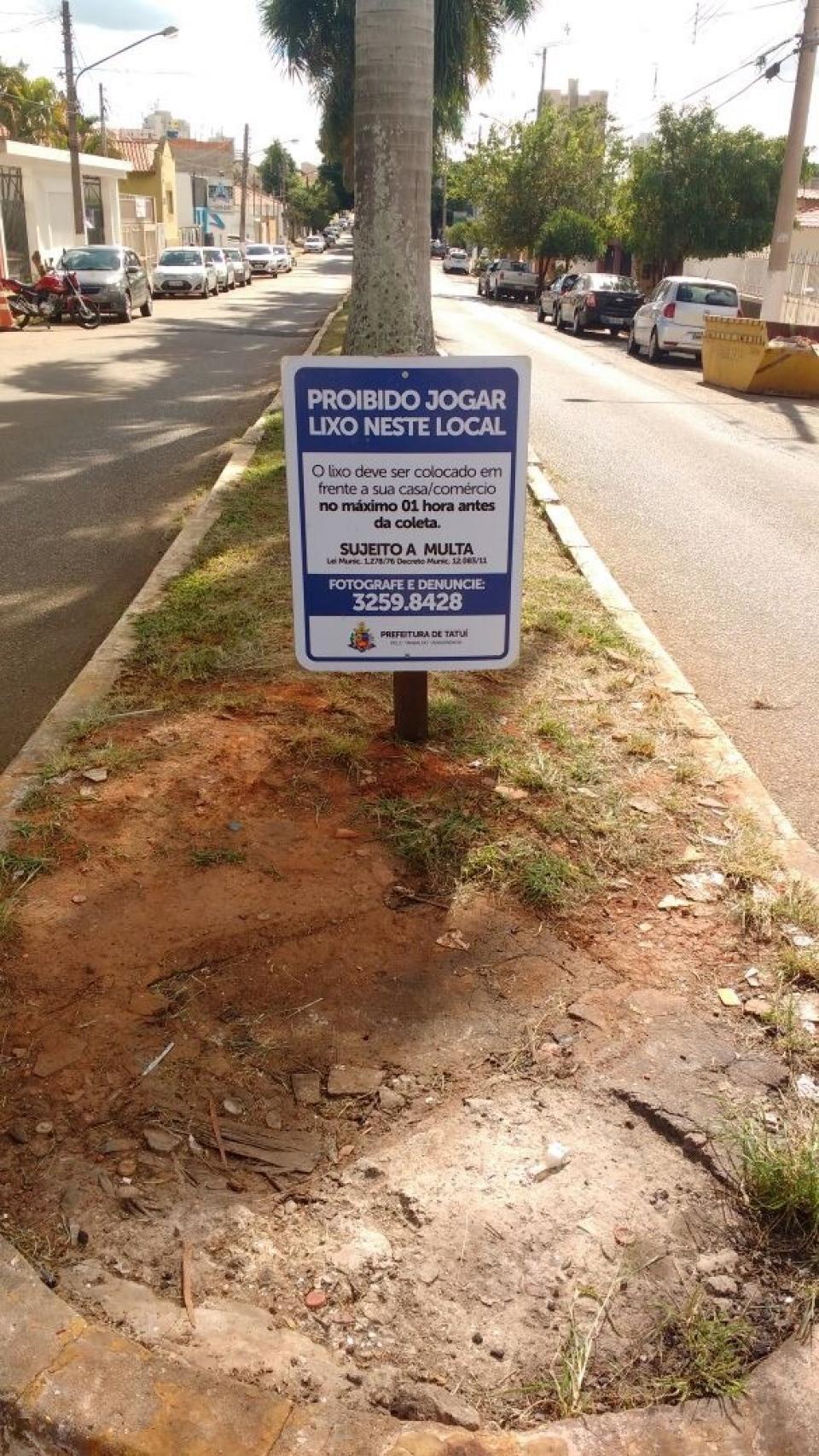 PLACAS COM ADVERTÊNCIA SOBRE O DEPÓSITO DE LIXO FORA DO HORÁRIO DE COLETA SÃO INSTALADAS