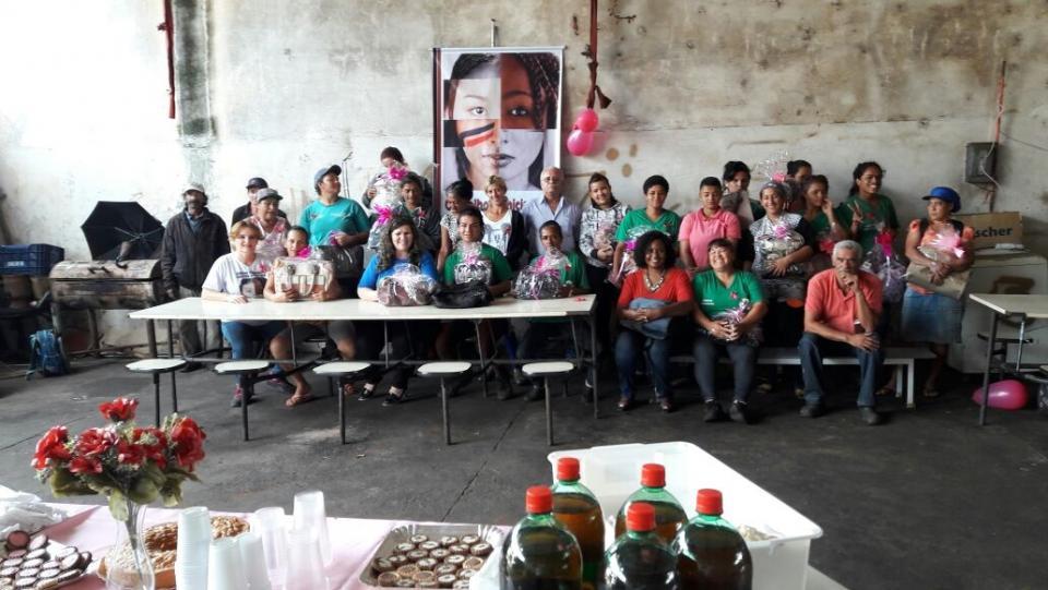 """AÇÕES CONJUNTAS DO """"OUTUBRO ROSA"""" SÃO ENCERRADAS NA COOPERATIVA DE RECICLAGEM"""