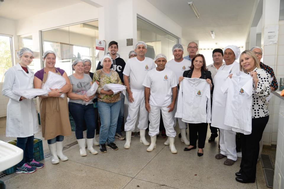 FUNCIONÁRIOS DO BANCO DE ALIMENTOS RECEBEM NOVOS UNIFORMES