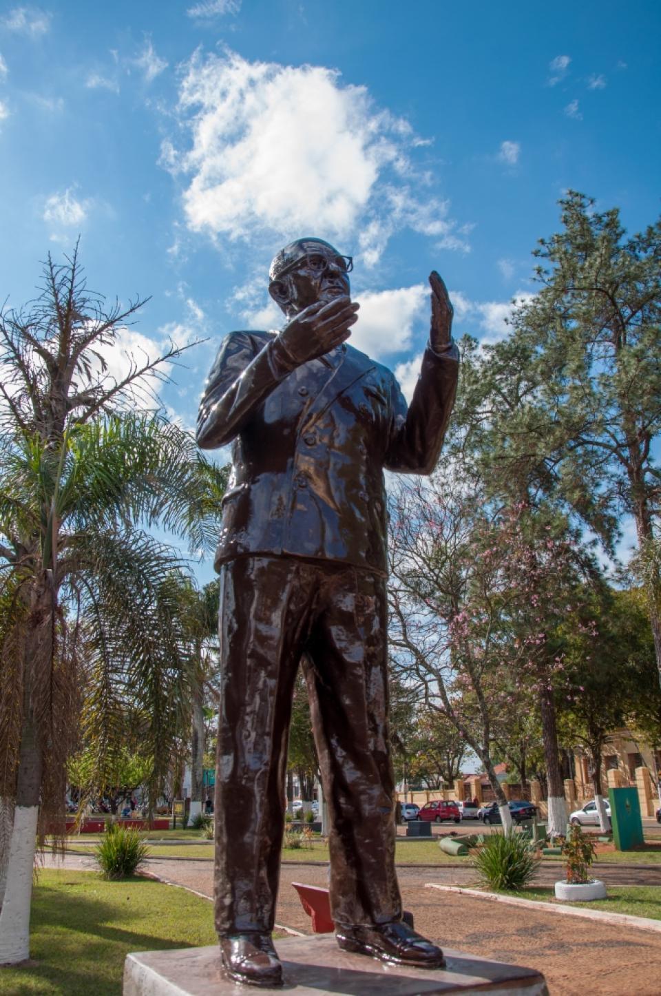 MONUMENTO DE NACIF FARAH É RESTAURADO   E REINSTALADO PELA PREFEITURA
