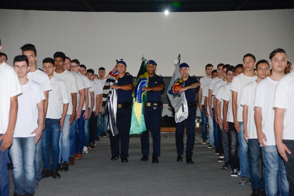 250 JOVENS TATUIANOS RECEBEM CERTIFICADOS DE DISPENSA DO SERVIÇO MILITAR