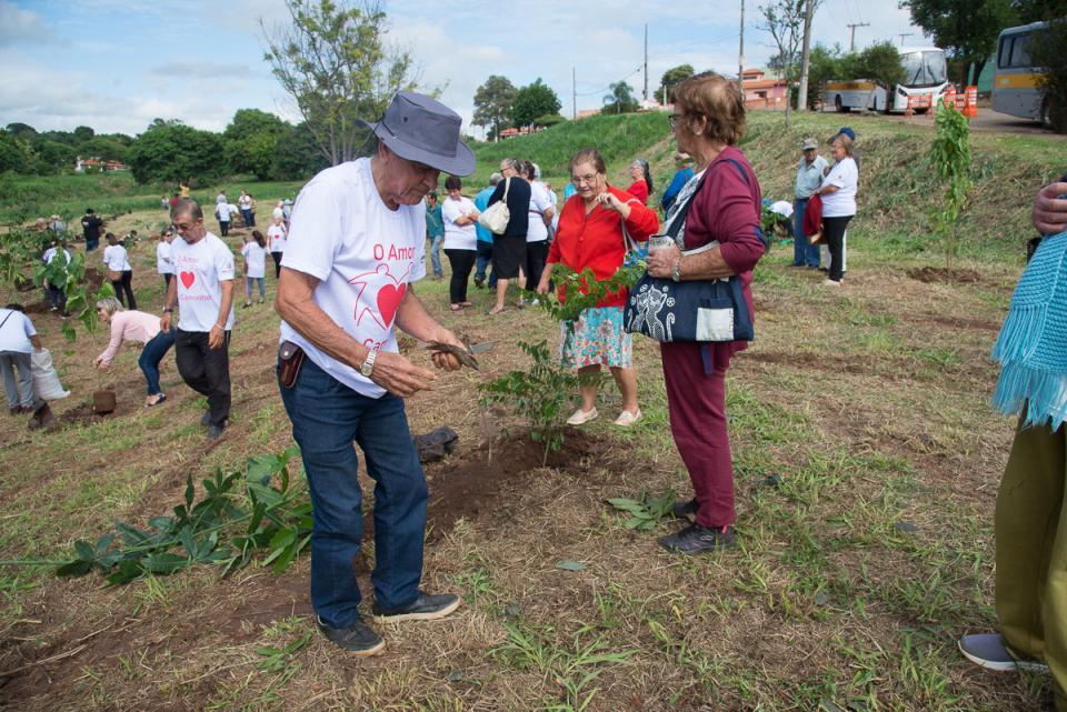 DIA MUNDIAL DA ÁGUA É COMEMORADO   COM O PLANTIO DE 400 MUDAS  ÀS MARGENS DO RIBEIRÃO DO MANDUCA