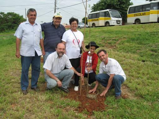 Meio Ambiente promove plantio de árvores nativas na Praça Mário Cóscia
